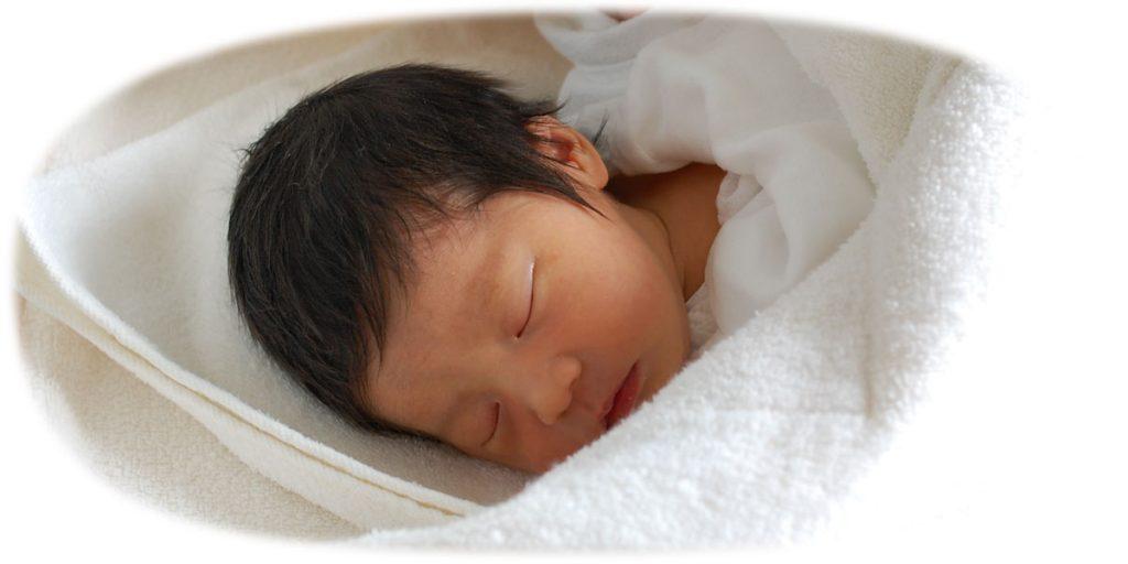 生まれたばかりの赤ちゃんとおくるみタオル